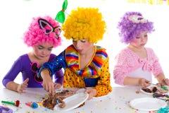 Réception de joyeux anniversaire d'enfants mangeant le gâteau de chocolat Photo libre de droits