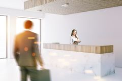 Réception de marbre dans le lobby blanc de bureau, les gens Image stock