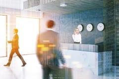 Réception de marbre dans le lobby de bureau, horloges, les gens Photographie stock libre de droits