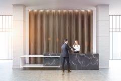 Réception de marbre noire, aveugles en bois, les gens Photos libres de droits