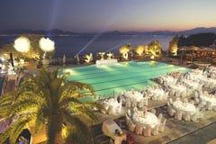 Réception de mariage autour de la piscine et de la mer 2 Photographie stock