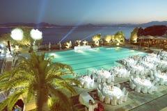 Réception de mariage autour de la piscine et de la mer 3 Images stock