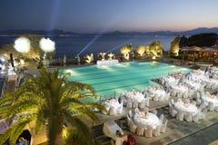 Réception de mariage autour de piscine et de mer Image libre de droits