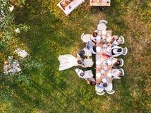 Réception de mariage dehors dans l'arrière-cour Image stock
