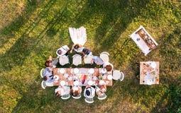 Réception de mariage dehors dans l'arrière-cour Photo libre de droits