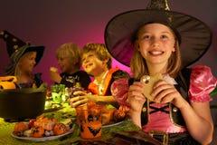Réception de Veille de la toussaint avec des enfants ayant l'amusement Photographie stock libre de droits
