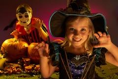 Réception de Veille de la toussaint avec des enfants utilisant des costumes Image stock