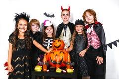 Réception de Veille de la toussaint Enfants drôles dans des costumes de carnaval Images stock