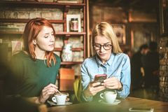Réception des messages au téléphone intelligent Photographie stock libre de droits