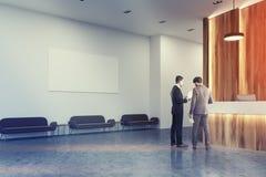 Réception en bois et blanche, sofas, affiche, les gens Photos libres de droits