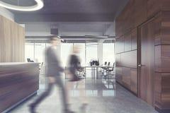 Réception en bois foncée dans le bureau de l'espace ouvert, les gens Image stock