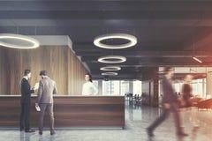 Réception en bois foncée dans le bureau rond de lampe, les gens Images stock