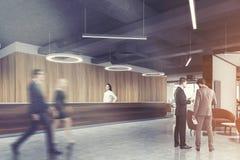 Réception en bois foncée, personnes rondes de côté de bureau de lampe Image stock