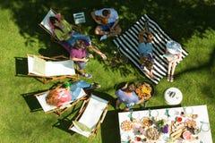 Réception en plein air avec la nourriture grillée Photos stock