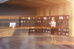 Réception et bibliothèques dans le bureau, femme photo libre de droits