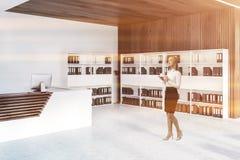 Réception et bibliothèques dans le bureau, femme photographie stock