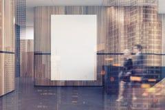Réception noire et en bois dans un lobby de bureau modifié la tonalité Images libres de droits