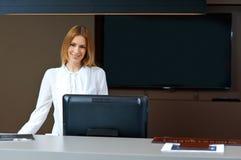 Réceptionniste attirante de femme Photographie stock libre de droits