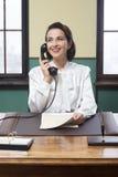 Réceptionniste de sourire au travail photographie stock libre de droits