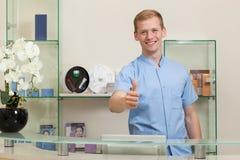 Réceptionniste masculin avec le geste correct photos libres de droits