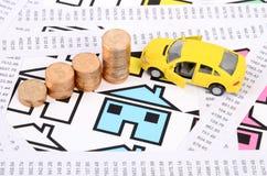 Réceptions, pièces de monnaie et maison avec le véhicule de jouet Photographie stock libre de droits