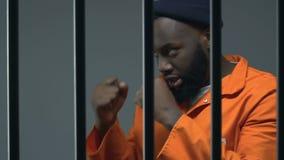 Réchauffage criminel afro-américain en cellule de prison, séance d'entraînement de combat d'ombre clips vidéos