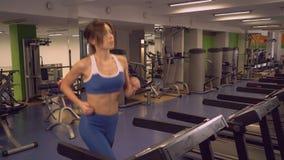 Réchauffage femelle avant séance d'entraînement dans le club de sport banque de vidéos