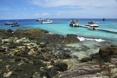 Récif avec le ciel et la mer photographie stock