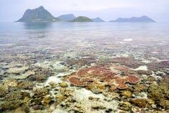 Récif coralien et îles photographie stock libre de droits