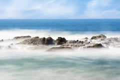Récif en mer brumeux Image stock