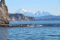 Récif rocheux par l'île de Starichkov près de la péninsule de Kamchatka, Russie photos stock