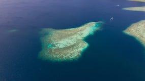 Récifs coraliens et mer bleue, vue d'en haut photo stock