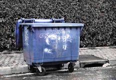 Récipient étiqueté urbain bleu Dégradation de propriété publique photographie stock