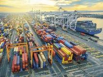Récipient aérien de vue supérieure dans l'exportation de attente d'entrepôt de port images stock