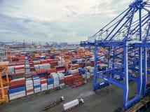 Récipient aérien de vue supérieure dans l'exportation de attente d'entrepôt de port images libres de droits