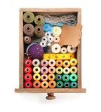 Récipient avec l'ensemble de fils de couture de couleur image stock