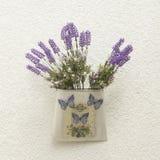 Récipient décoratif avec des papillons et des fleurs de lavande Photos stock