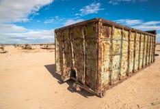 Récipient d'expédition abandonné dans le désert Photos libres de droits