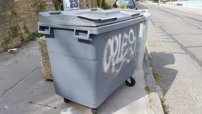 Récipient de déchets Déchets à quatre roues gris Photo libre de droits