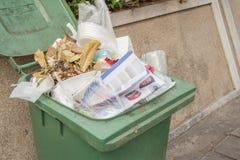 Récipient de déchets le long du trottoir où les gens ont mis la prairie sèche photographie stock