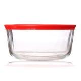 Récipient de nourriture en verre avec le couvercle en plastique rouge sur le blanc Photo libre de droits