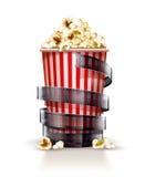 Récipient de papier complètement de maïs éclaté avec le concept de cinéma de bande de film Image libre de droits