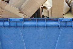 Récipient de réutilisation bleu pour le papier avec des boîtes en carton Photographie stock