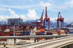 Récipient de transport de pont et de camion en route Images stock