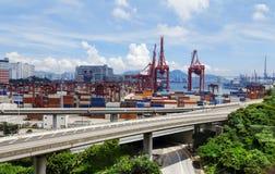 Récipient de transport de pont et de camion en route Image stock