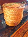 Récipient en bambou thaïlandais de riz collant du Laos Photo libre de droits