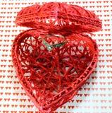 Récipient en forme de coeur et une bague de fiançailles Photographie stock libre de droits