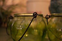 Récipient en verre avec le crochet en métal images stock