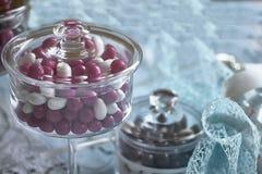 Récipient en verre pour les sucreries colorées photo libre de droits