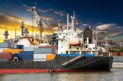 Récipient industriel dans le bateau d'océan images libres de droits